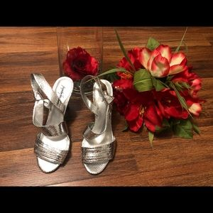 Silver sandals🌹